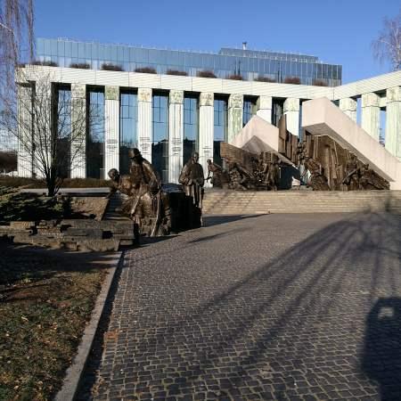 אנדרטה למרד וורשה ומבנה של בית המשפט העליון בוורשה